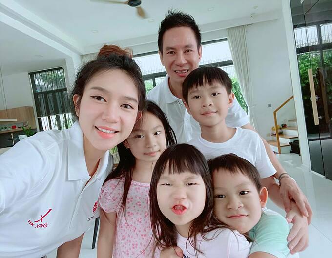 4 con nhà Lý Hải - Minh Hà lí lắc khi selfie cùng bố mẹ.
