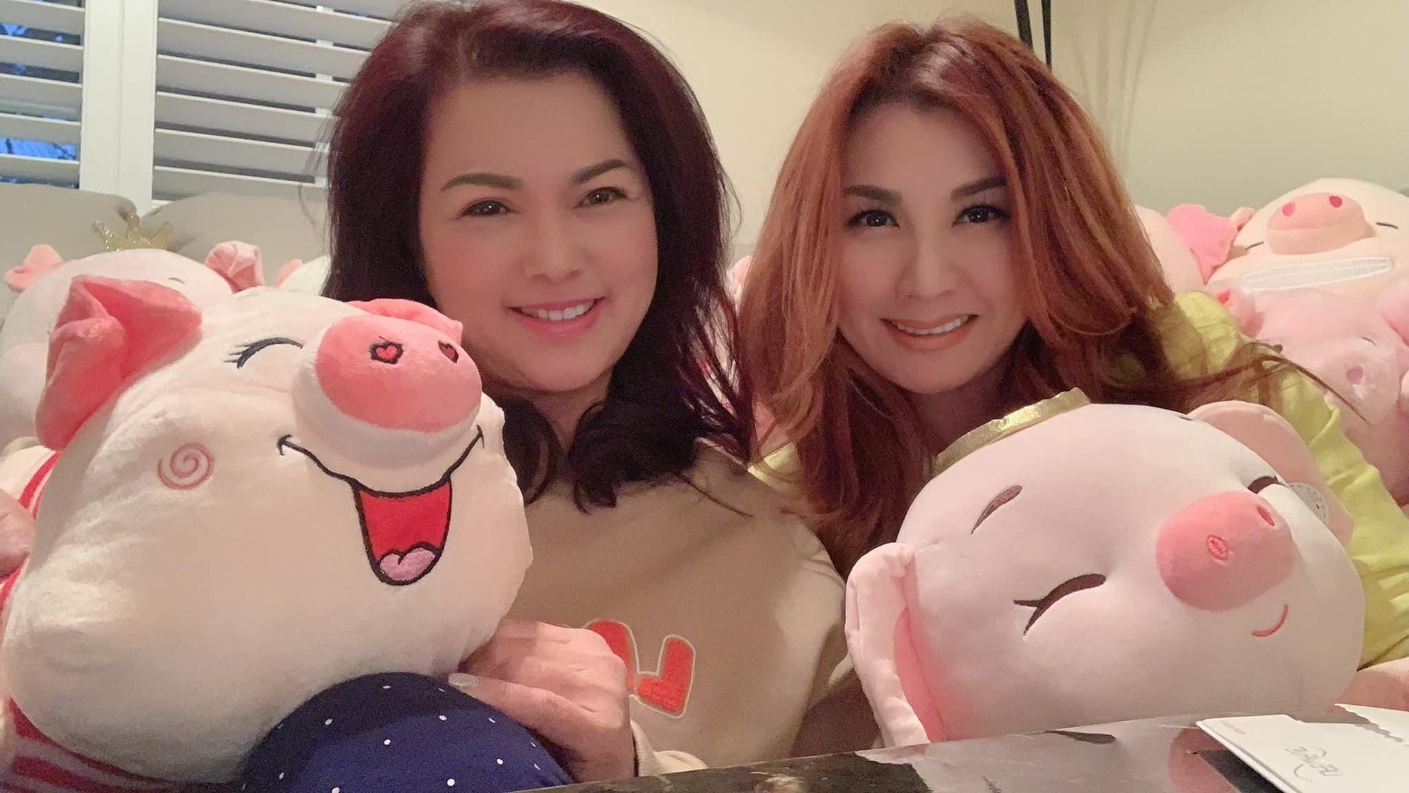 Trizzie (phải) chụp ảnh cùng Phương Loan khi đến thăm cô.