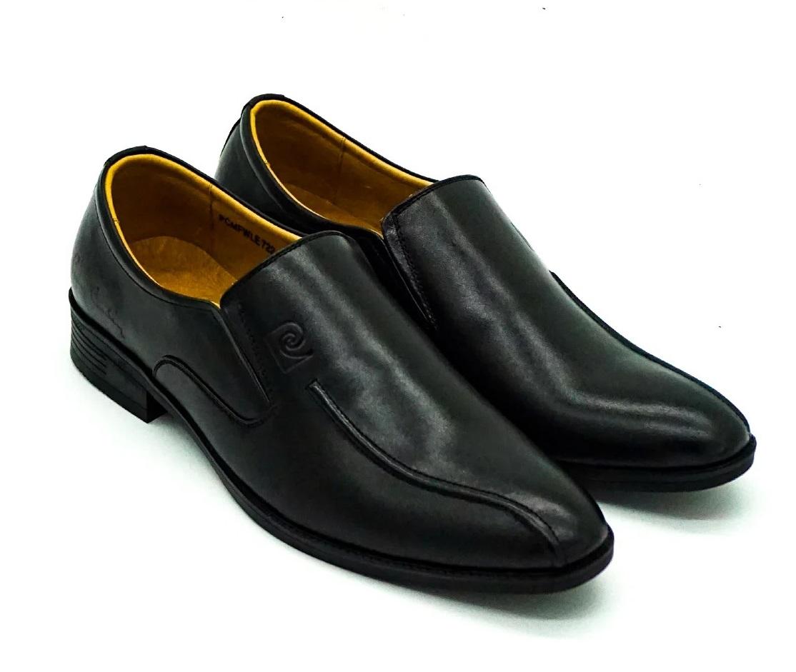 Giày nam Pierre Cardin PCMFWLE722BLK màu đen làm từ chất liệu da bò. Đế làm từ cao su nhiệt dẻo TPR với các rãnh chống trơn trượt. Giày mũi nhọn tạo cảm giác dáng người thanh mảnh, cao ráo, kèm phần đế giày cao 2 cm góp phần giúp phái mạnh ăn gian chiều cao.