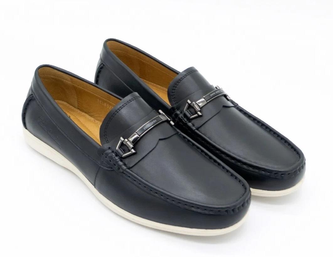 Giày lười Pierre Cardin PCMFWLE322BLK làm từ chất liệu da bò thật với tông đen cơ bản, thanh lịch, dễ phối vứoi nhiều kiểu trang phục khác nhau. Mặt trên có điểm nhấn là phần khóa kim loại in tên thương hiệu. Đường chỉ chạy dọc mũi giày đều đặn, gia công tỉ mỉ.