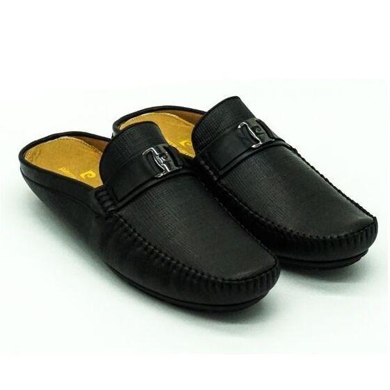 Giày nam Sapo Pierre Cardin PCMFWLE707BLK màu đen làm bằng da bò thật, đem lại sự mềm mại, dẻo dai và bền bỉ. Đế giày làm từ cao su tránh trơn trượt, thiết kế ôm chân.
