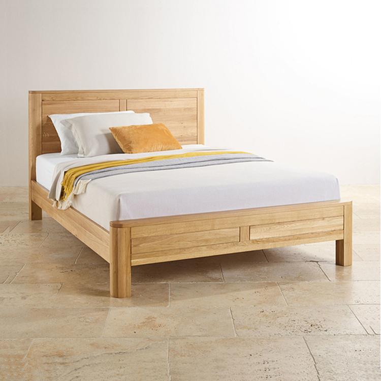 Giường Romseycủa nội thất IBIE cũng làm từ gỗ sồi nhập khẩu, sơn PU giúp giữ nguyên vẻ đẹp của vân gỗ. Giường có thiết kế phẳng đơn giản với các góc tròn nhẹ nhàng ở cả đầu giường và đuôi giường. Toàn bộ khung giường, kể cả thang giường được làm hoàn toàn từ gỗ thịt, có thể chịu được sức nặng của các loại nệm qua nhiều năm, cho bạn giấc ngủ êm ái. Kích thước dài 200 cm, rộng 180 cm, sản phẩm đang được giảm 37% còn 10.175.300 đồng.