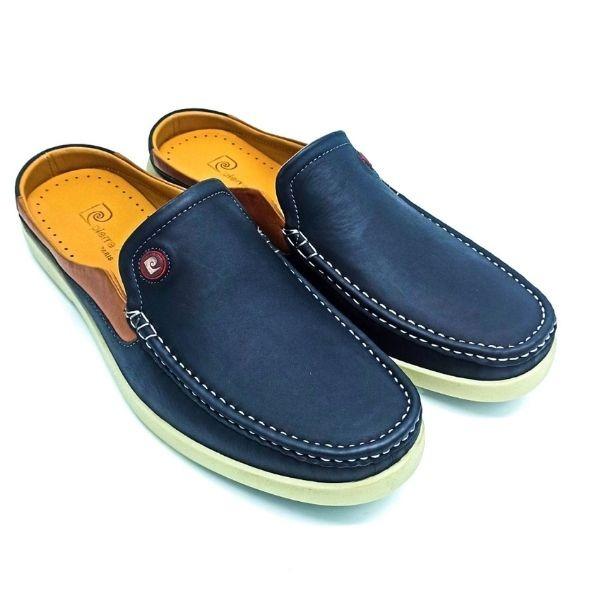 Giày nam Sapo Pierre Cardin PCMFWLE500NAY màu xanh navy thanh lịch. Tránh để giày tiếp xúc với nước và nhiệt độ cao, nên làm sạch bằng xi đánh giày, lotion dưỡng da và dùng khăn ẩm sạch để lau sản phẩm. Kiểu sục dễ mang và tháo cởi, tạo sự thoải mái cho người mang khi di chuyển hoặc mang trong thời gian dài.