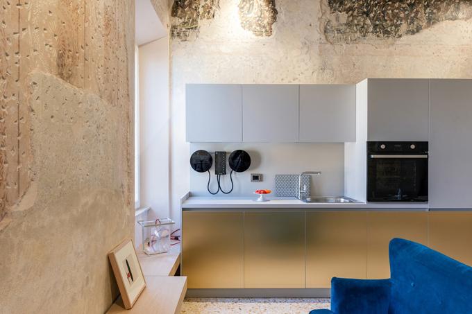 Căn bếp tối giản, gọn gàng về đường nét lẫn bề mặt để tạo cảm giác rộng rãi trong căn hộ nhỏ hẹp.