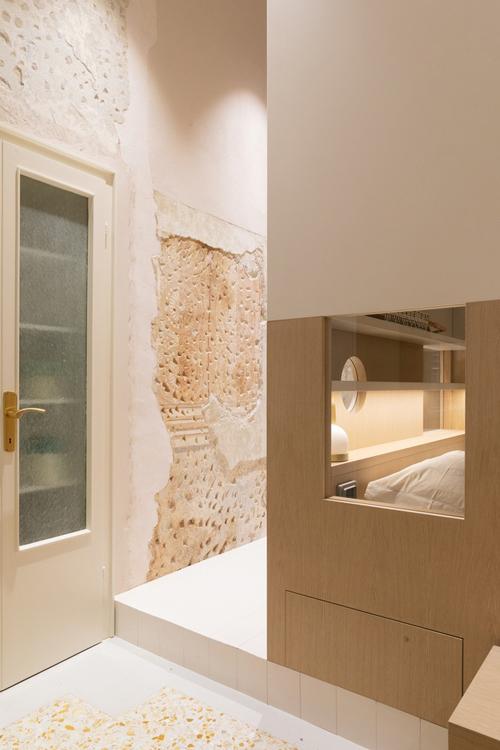 Căn hộ diện tích hạn hẹp có phòng ngủ nằm bên trong khối hộp, ngay cạnh bàn ăn, bếp.