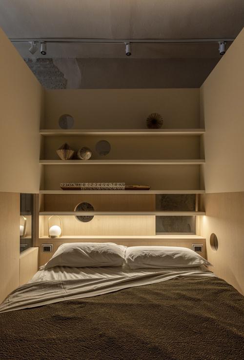 Phía bên trong phòng ngủ có hệ kệ để lưu trữ đồ đạc và đặt đồ lưu niệm.