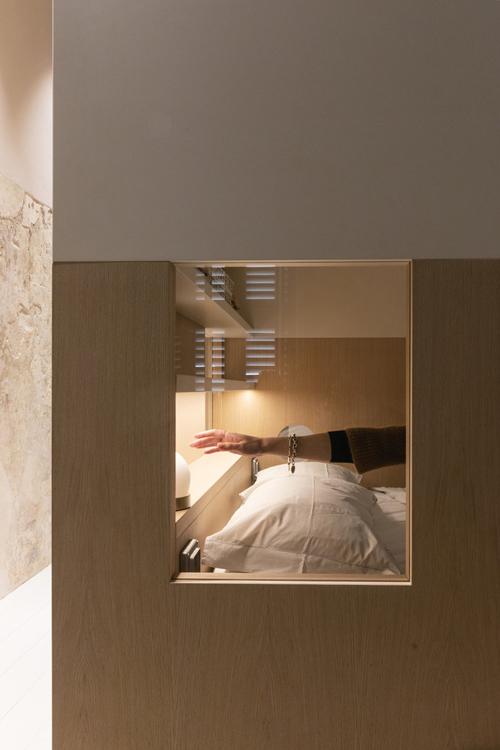 Một ô cửa kính kín có thể giúp gia chủ quan sát hoạt động phía ngoài phòng ngủ.