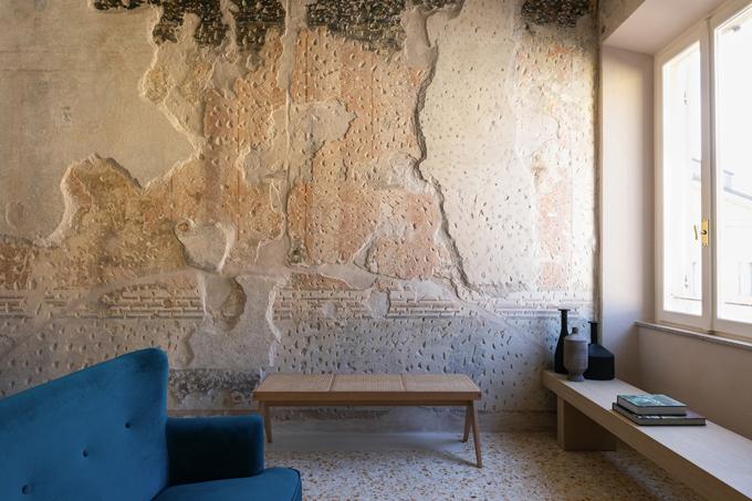 Các bức tường mang đậm dấu tích lịch sử còn sót lại trong căn hộ đều được giữ nguyên, nhắc nhớ về quá khứ. Chính điều này đã tạo điểm nhấn cho căn hộ.