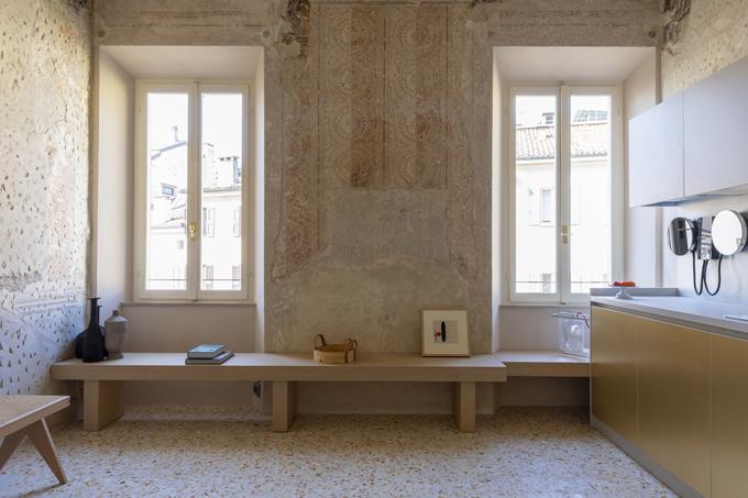 Ghế băng dài được đặt cạnh cửa sổ để gia chủ ngồi đọc sách, thưởng trà. Phía bên cạnh là khu vực bếp nấu.