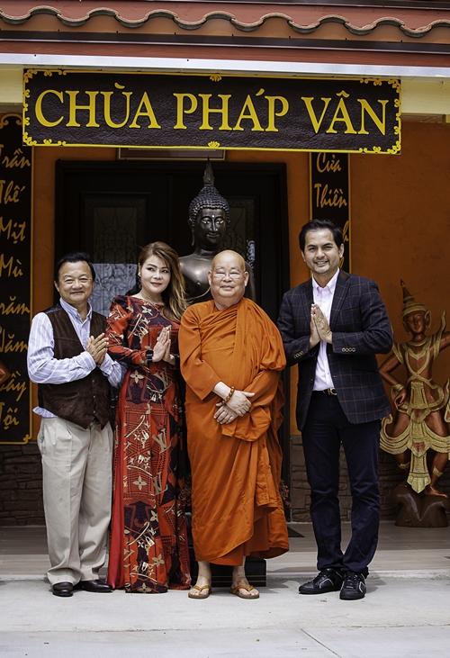 Đức Tiến (phải) cùng Thanh Mai (áo dài) trong một chương trình thiện nguyện ở chùa.
