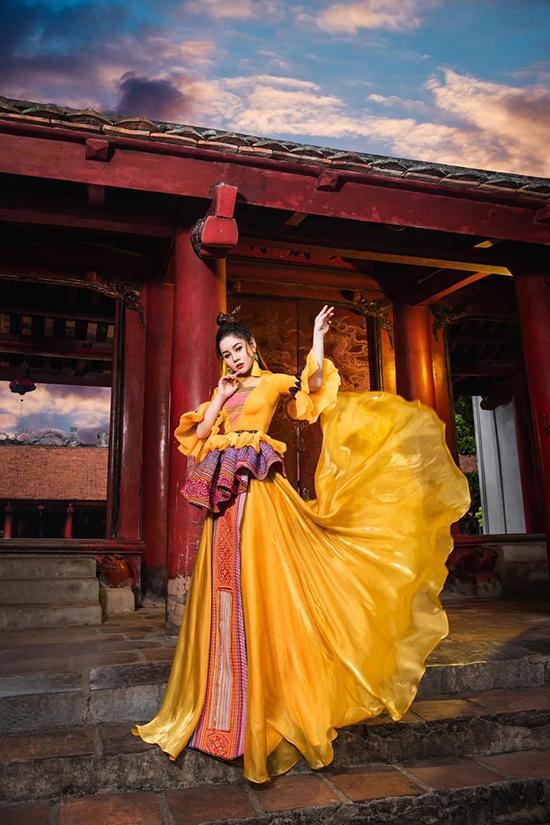 Họa tiết thổ cẩm trở thành điểm nhấn bắt mắt cho chiếc váy lụa thướt tha của Sao Mai Hương Ly.