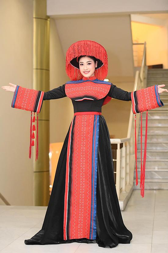 Nhiều ngôi sao khác, trong đó các ca sĩ dòng nhạc dân gian nhưu Sao Mai Bích Hồng, Sèn Hoàng Mỹ Lam, Lương Nguyệt Anh... đều yêu thích các thiết kế của Thạch Linh.