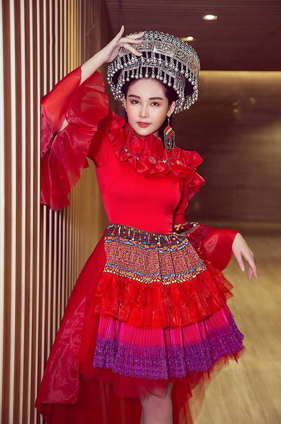 Lê  Âu Ngân Anh gây ấn tượng khi catwalk trong show thời trang kết hợp âm nhạc Nét Việt của Hoa hậu Tuyết Nga.