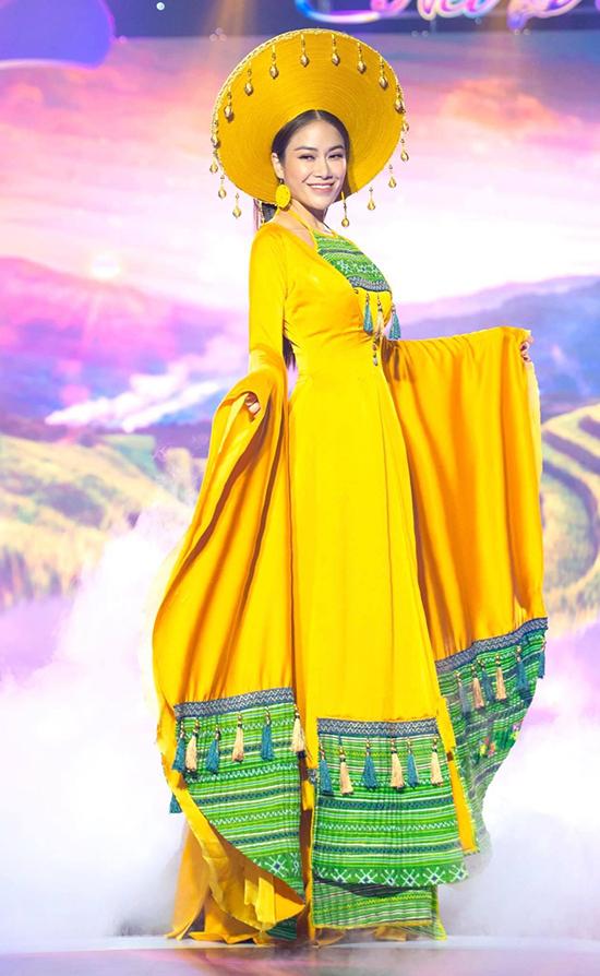 Ca sĩ kiêm Hoa hậu Áo dài Tuyết Nga lộng lẫy trên sân khấu với bộ áo dài cách điệu do Thạch Linh thực hiện.
