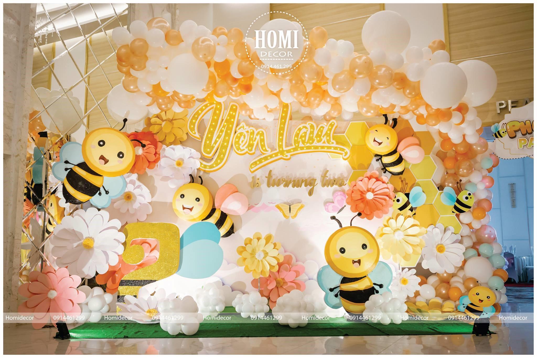 Bữa tiệc sinh nhật của con một ca sĩ nổi tiếng trở nên đầy màu sắc với hình ảnh những chú ong vàng đáng yêu.