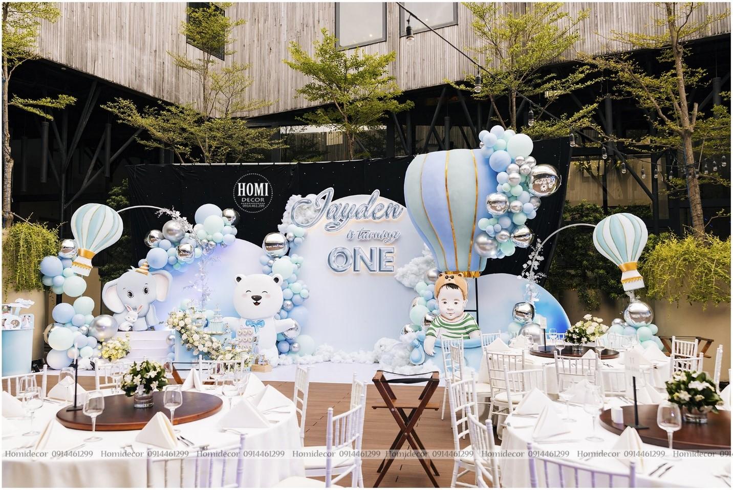 Với màu sắc nhã nhặn cùng các nhân vật hoạt hình như voi, gấu trắng, thỏ, Homi Decor đã biến không gian tiệc thôi nôi của con một đại gia Hà thành thành khu vườn cổ tích.