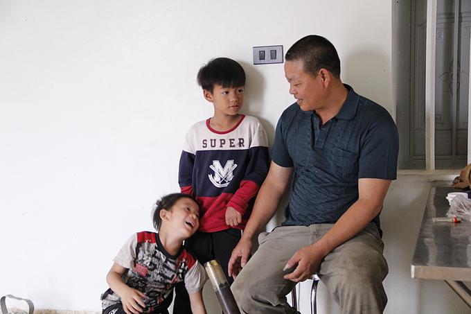 4 năm qua, ông bố 8 con cứ tất bật lo cơm nước, quần áo hàng ngày cho các con.