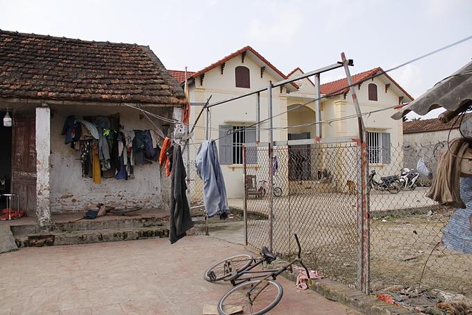 Mặc dù đã xây căn nhà cấp 4 xịn hơn, anh Hách vẫn giữ ngôi nhà cũ làm bếp và nhà kho.