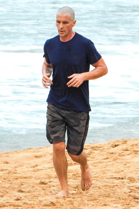 Christian Bale trông khó nhận ra trên bãi biển Sydney cuối tuần qua. Ngôi sao Hollywood mặc áo phông, quần short miệt mài chạy tập thể dục.