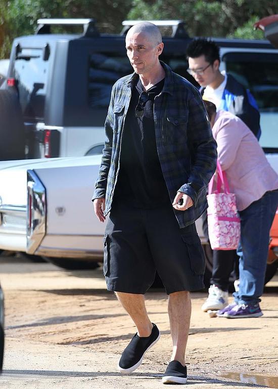 Nam diễn viên 47 tuổi cũng được trông thấy đi dạo với gia đình.