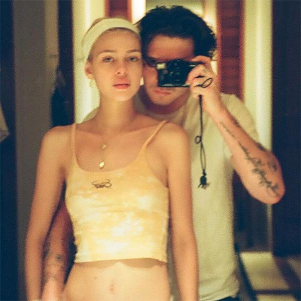Brooklyn và Nicola Peltz bắt đầu đăng ảnh chung đôi trở lại và thể hiện tình yêu bằng những lời chia sẻ ngọt ngào. Đôi trẻ đang hợp tác với nhau trong một dự án phim do người đẹp Mỹ vừa là đạo diễn vừa là diễn viên chính.