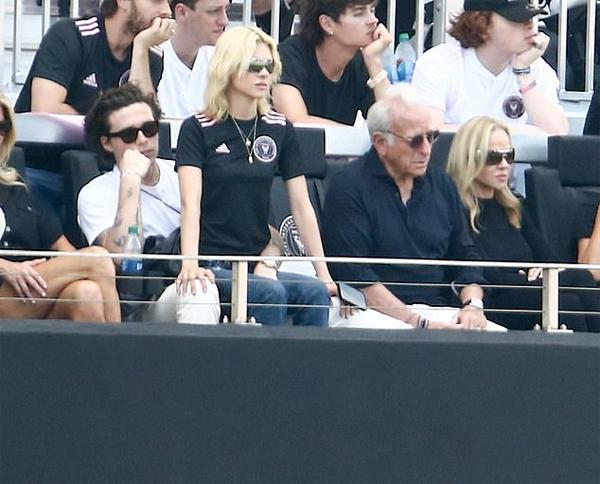 Cậu cả nhà Becks và hôn thê tương lai thân mật bên nhau khi ngồi cạnh tỷ phí Nelson Peltz và bà Claudia - bố mẹ Nicola Peltz.