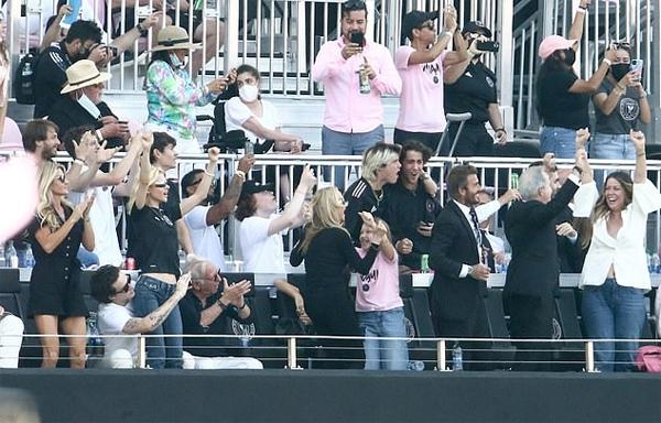 Vợ sắp cưới Brooklyn đứng bật dậy, giơ tay mừng bàn thắng của Inter Miami trong khi mẹ của cô cũng phấn khích nhảy nhót bên cô nhóc Harper (mặc áo hồng). Tuy nhiên kết quả cuối cùng Inter Miami vẫn để thua 2-3 trước LA Galaxy.