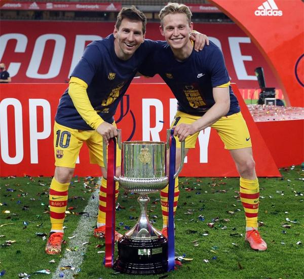 De Jong và đàn anh Messi chụp ảnh kỷ niệm với Cup nhà Vua sau trận chung kết. Ảnh: Instagram.
