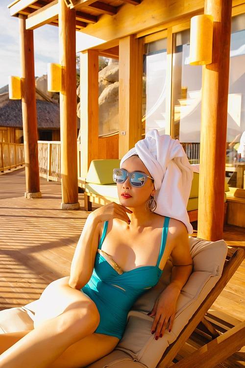 Khoe ảnh diện áo tắm, hoa hậu Hà Kiều Anh hài hước chia sẻ: Muốn có hình đẹp là phải chịu phơi nắng.