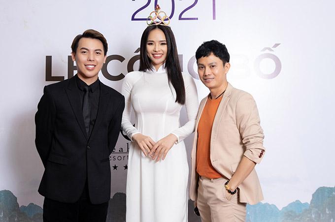 Từ trái qua: trưởng ban tổ chức Hoa hậu du lịch Việt Nam toàn cầu Phạm Duy Khánh, Hoa khôi Thể thao 2012 Lại Hương Thảo và nhà thiết kế Ngô Nhật Huy tại buổi họp báo ở TP HCM, hôm 18/4.