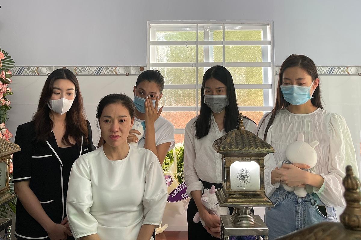 Đỗ Mỹ Linh, Tiểu Vy viếng bé gái bị giết sau xâm hại   - 6