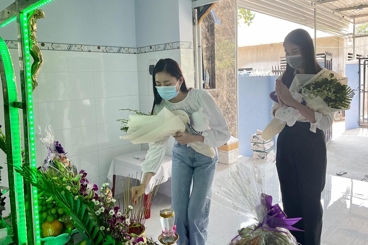 Đỗ Mỹ Linh, Tiểu Vy viếng bé gái bị giết sau xâm hại   - 8