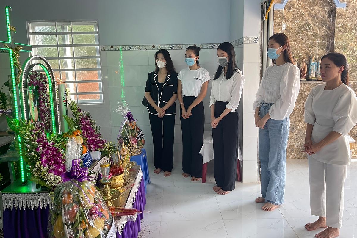 Đỗ Mỹ Linh, Tiểu Vy viếng bé gái bị giết sau xâm hại   - 10