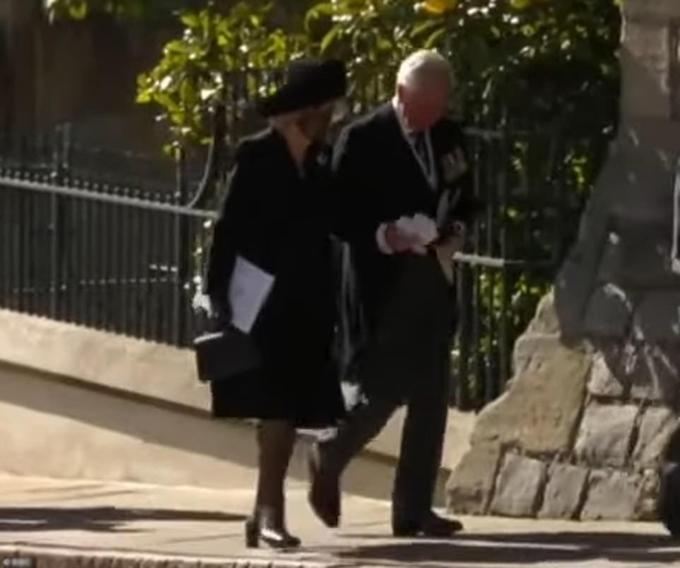 Vợ chồng Thái tử Charles rời Nhà nguyện St Geoger sau đám tang Hoàng thân Philip. Ảnh: UK Press.