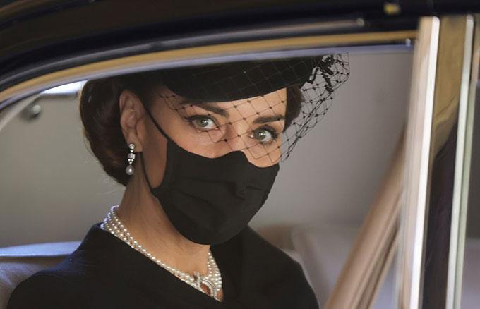 Kate Middleton - Công tước xứ Cambridge - đeo chiếc vòng cổ ngọc trai mà Nữ hoàng và cố Công nương Diana từng dùng, khi dự đám tang Hoàng thân Philip hôm 17/4. Ảnh: Reuters.