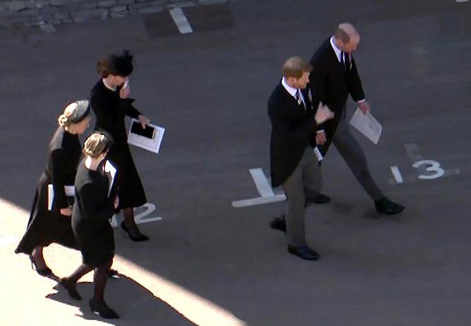 Kate đi lùi lại sau William và Harry khi bước vào sân lâu đài Windsor chiều 17/4. Ảnh: UK Press.