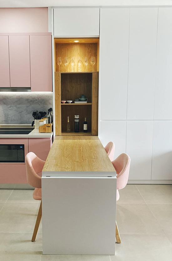Chủ nhân đặt bàn ăn cạnh ngay bếp vừa thuận tiện vừa là cách ngăn bếp với các không gian còn lại.