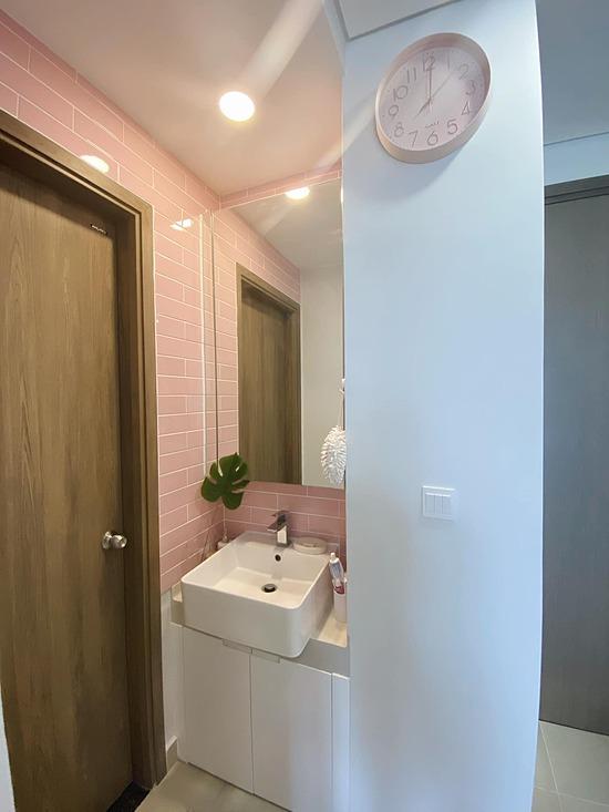 Nhà vệ sinh cũng được bày trí màu hồng.