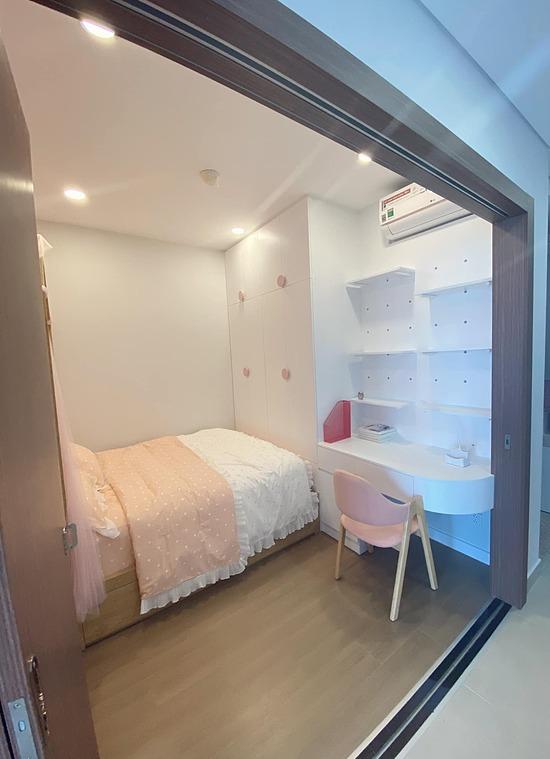 Bàn học và tủ sách được sắp xếp gọn gàng. Ngoài ra, Lý Phương Châu thay đổi thiết kế cửa lớn hơn, giúp phòng ngủ của con gái thoáng đãng hơn.
