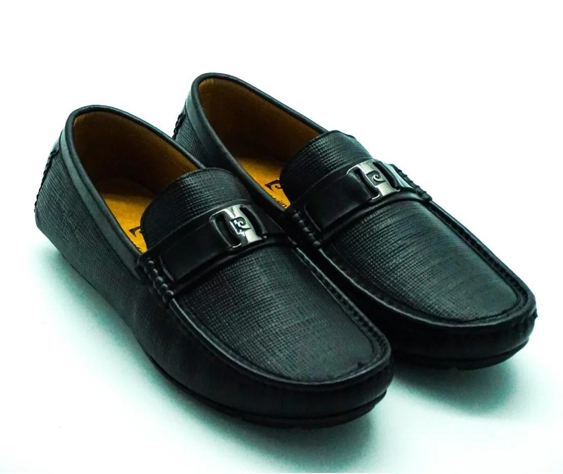Giày lười Pierre Cardin PCMFWLE706BRW sản xuất với công nghệ Mc-Kay, Good -year tại châu Âu. Nguyên liệu da nhập khẩu trực tiếp từ Italy, đế chế tác từ da bò cao cấp, thân thiện với đôi chân. Logo kim loại khắc nổi nằm giữa tạo điểm nhấn nổi bật cho giày.