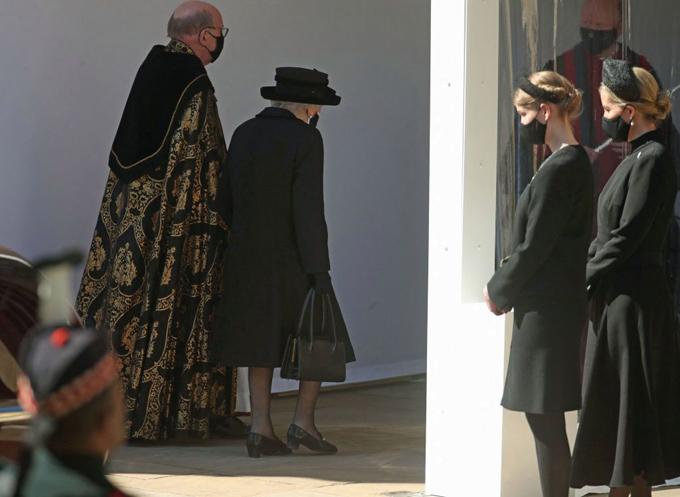 Nữ hoàng xách chiếc túi chứa ảnh chụp cùng Hoàng thân và chiếc khăn tay của ông bên trong khi đến nhà nguyện St George. Ảnh: AFP.