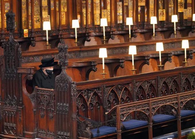 Nữ hoàng ngồi một mình suốt lễ tang do phải tuân thủ quy tắc phòng dịch Covid-19. Ảnh: PA.