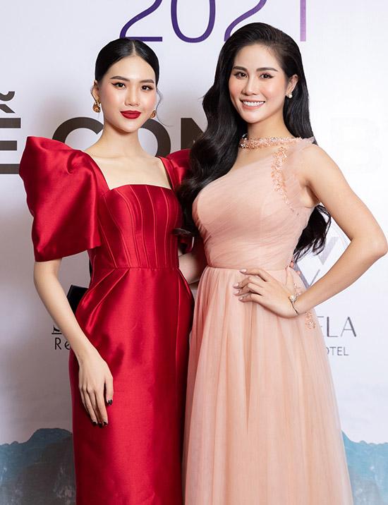 Siêu mẫu Quỳnh Hoa (trái) và á hậu Hoàng Hạnh mặc lộng lẫy dự họp báo công bố Hoa khôi du lịch Việt Nam toàn cầu 2021.