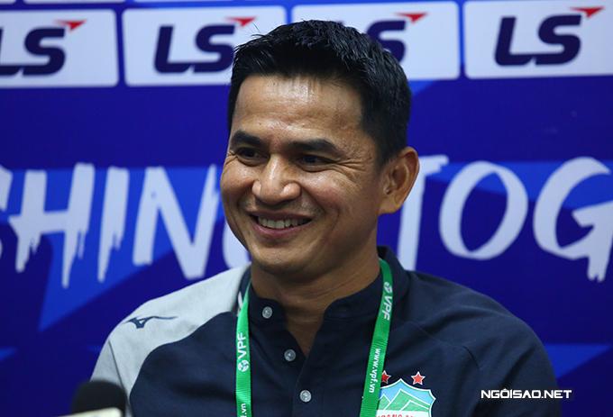 HLV Kiatisuk cười tươi trong họp báo sau chiến thắng trước CLB Hà Nội.
