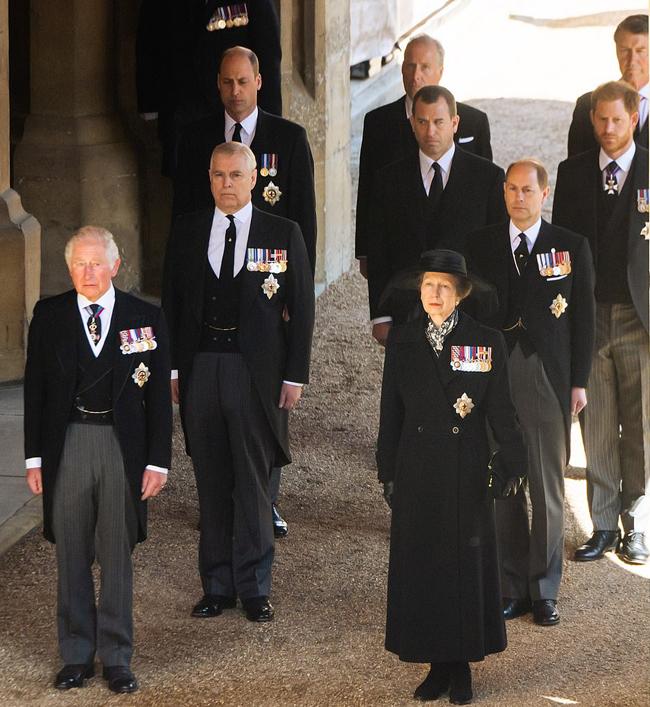 William, Peter Phillips, Harry đứng cùng hàng trong đoàn hộ tống quan tài Hoàng thân Philip hôm 17/4. Ảnh: UK Press.