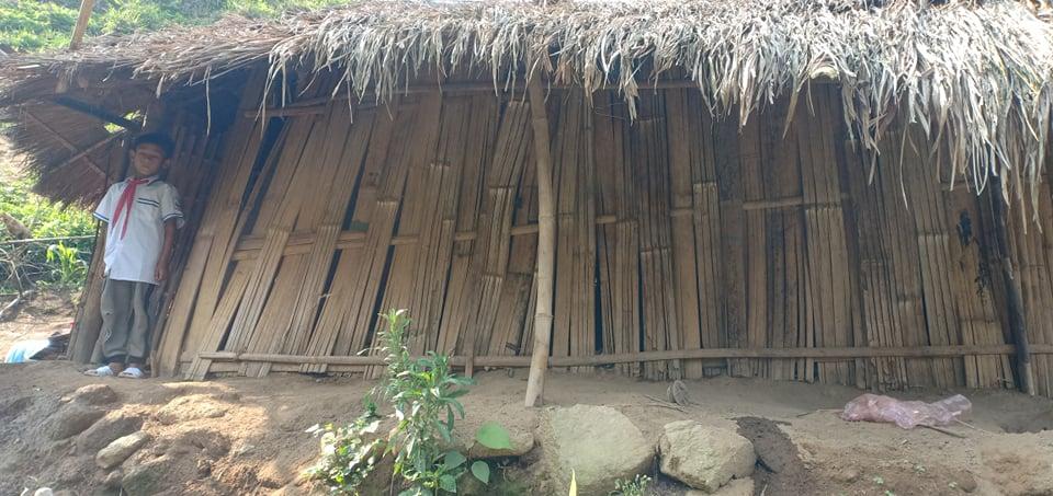 Căn nhà tranh dựng tạm của bố con Xa.