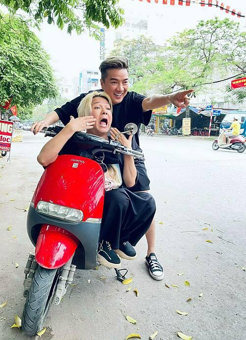 Khoảnh khắc hài hước của ca sĩ Đàm Vĩnh Hưng và bạn thân Vũ Hà trong style chụp ảnh bố con.