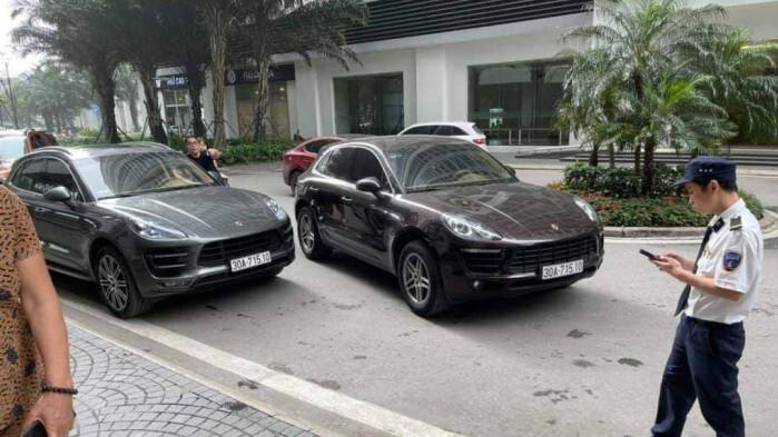 Hai chiếc xe Porsche có biển kiểm soát giống nhau.