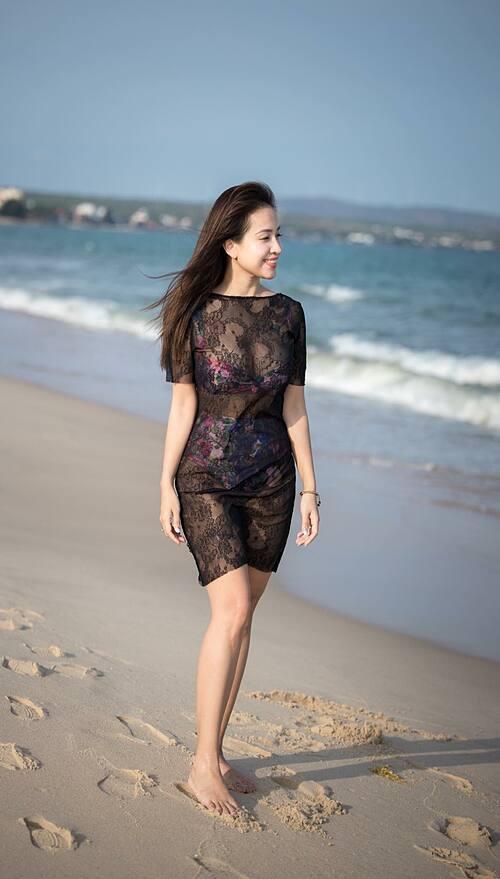 Thanh Vân Hugo mặc váy lưới xuyên thấu gợi cảm dạo chơi trên biển.