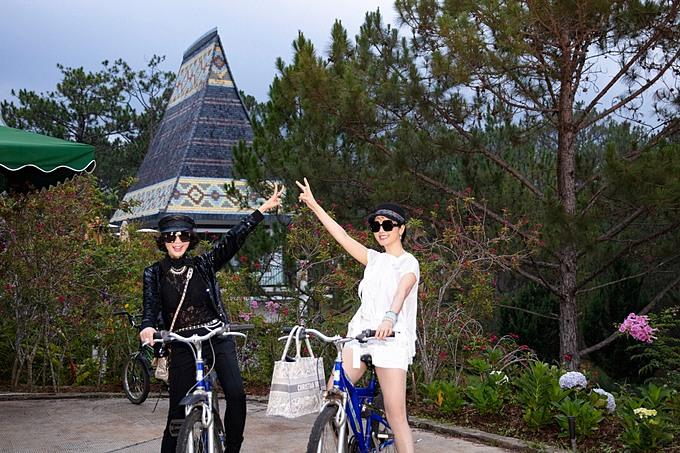 Giáng My và MC Thanh Mai đạp xe dạo chơi khi nghỉ dưỡng ở Đà Lạt.